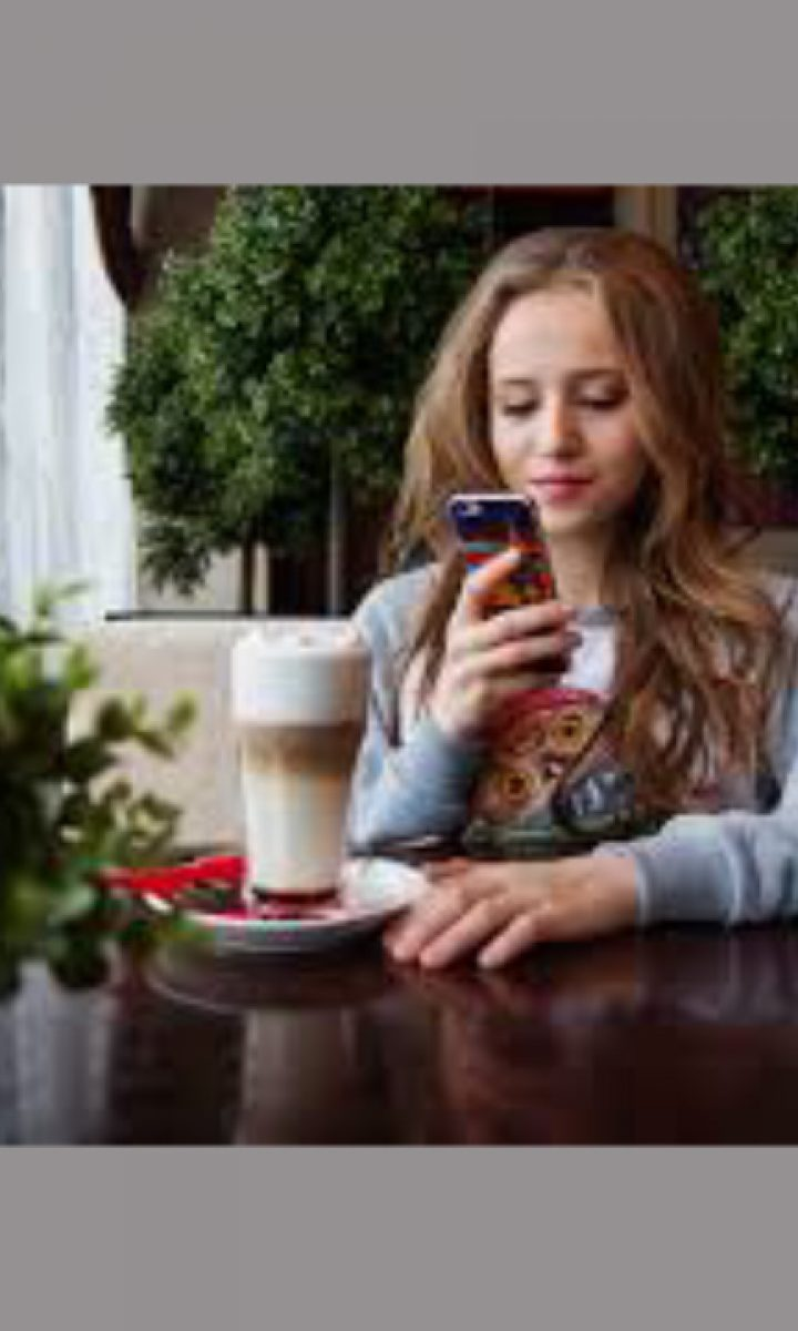 using smartphone while drinking pic8